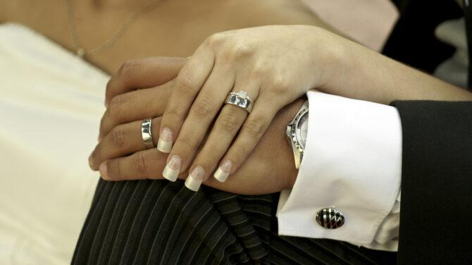 Ezért viselünk jegygyűrűt a negyedik ujjunkon